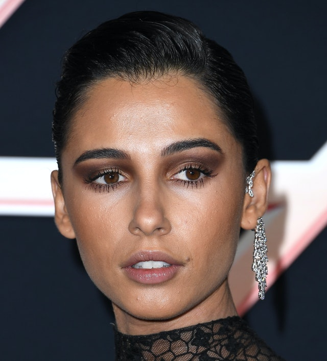 Naomi Scott's Chanel makeup at the Charlie's Angels premiere using the Les 4 Ombres Noir Suprême palette