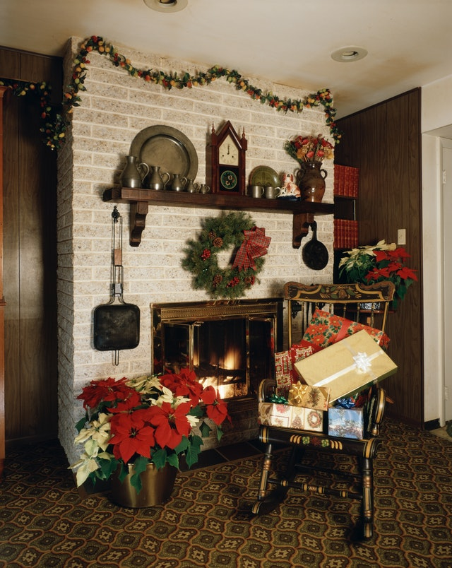 This vintage photo of Christmas decor features a simple '70s setup