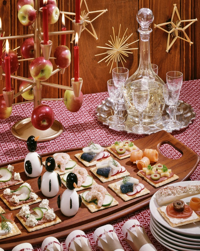 This vintage photo of Christmas decor features a chic '50s tablescape