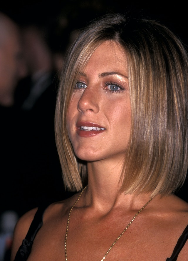 Copper eyeshadow and a soft red lip have made for an iconic Aniston look.