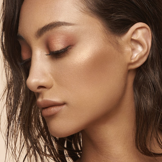 Huda Beauty's NUDE Obsessions Eyeshadow Palettes in Medium on skin
