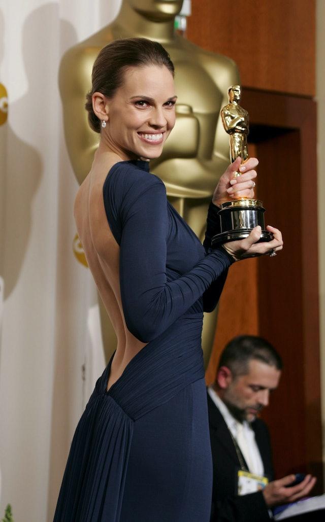 The best Oscars beauty looks featuring Hilary Swank's minimalist makeup.